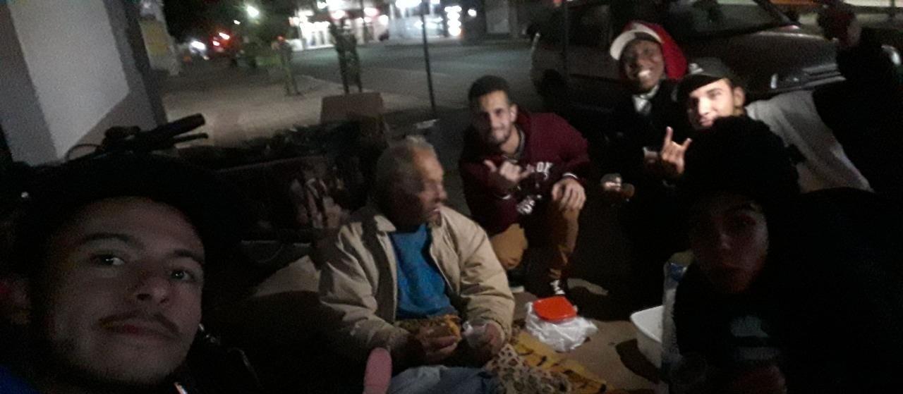 Grupo de amigos faz ação de solidariedade na noite fria de Cascavel