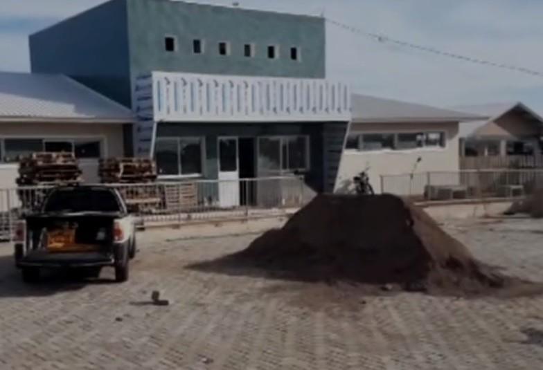 Prefeito visita obras do Complexo de Saúde no bairro Santa Cruz