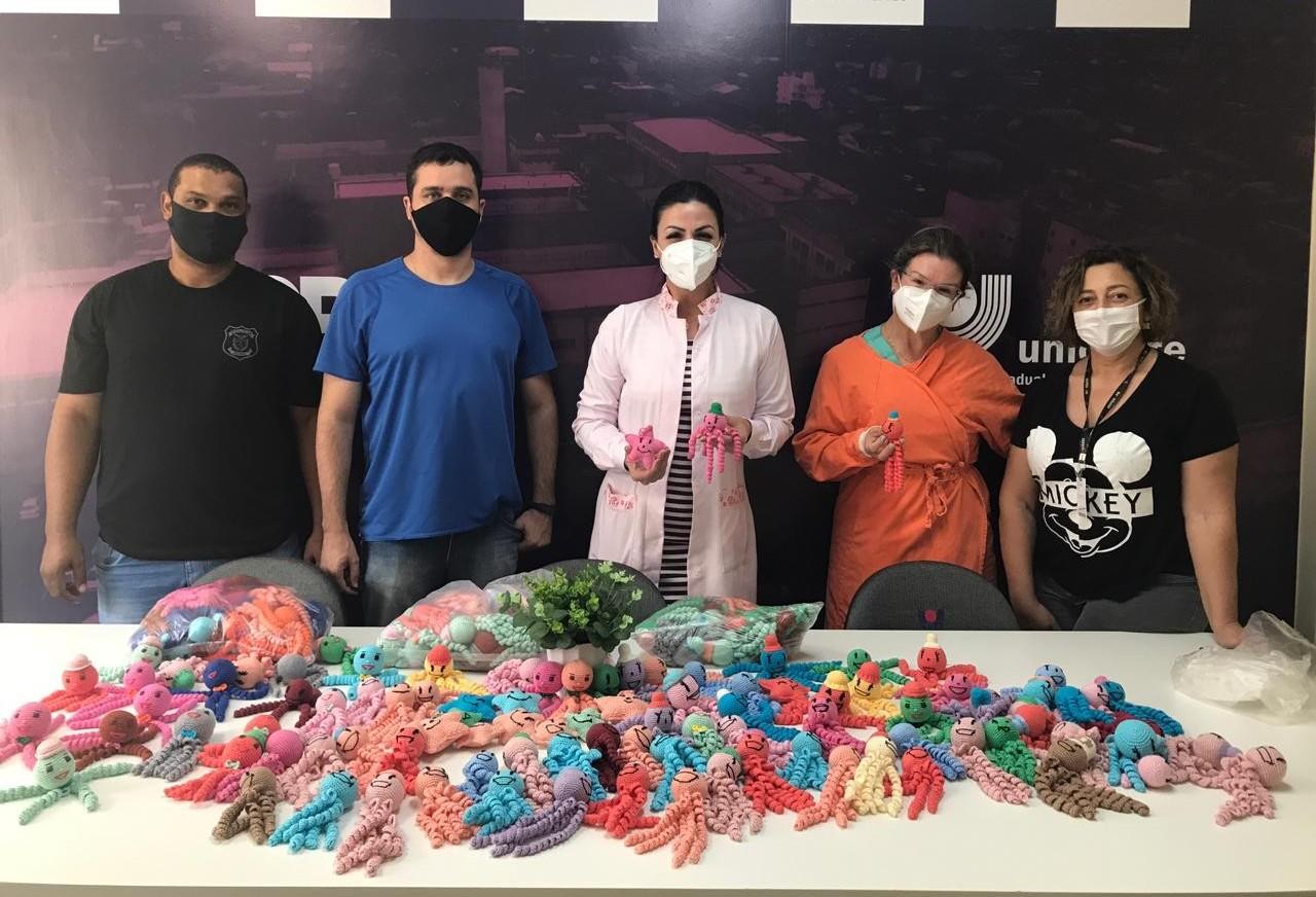 Hospital Universitário recebe polvos e estrelas feitos de crochê por presos