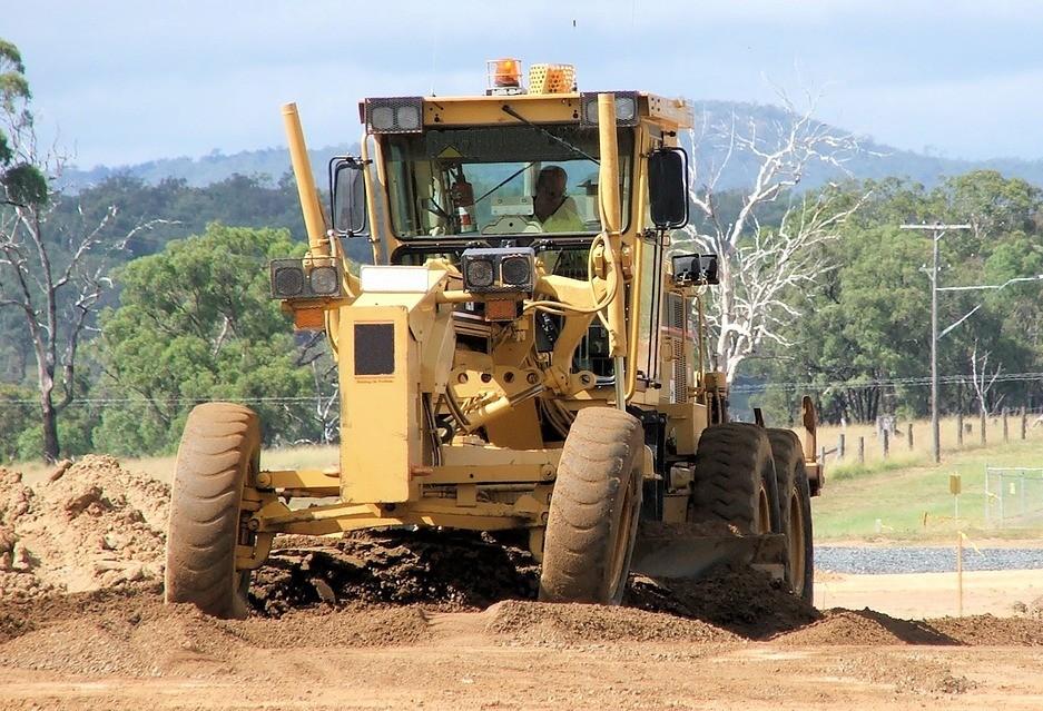 Prefeito e secretário municipal de Agricultura assinam ordem de compra para aquisição de motoniveladoras