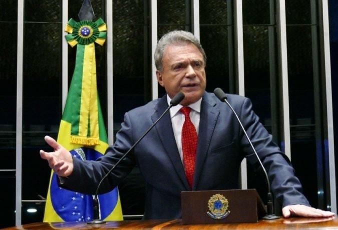 """""""Precisamos derrubar essa taxa adicional de 0,25%, os bancos já ganham demais """"diz Álvaro Dias"""