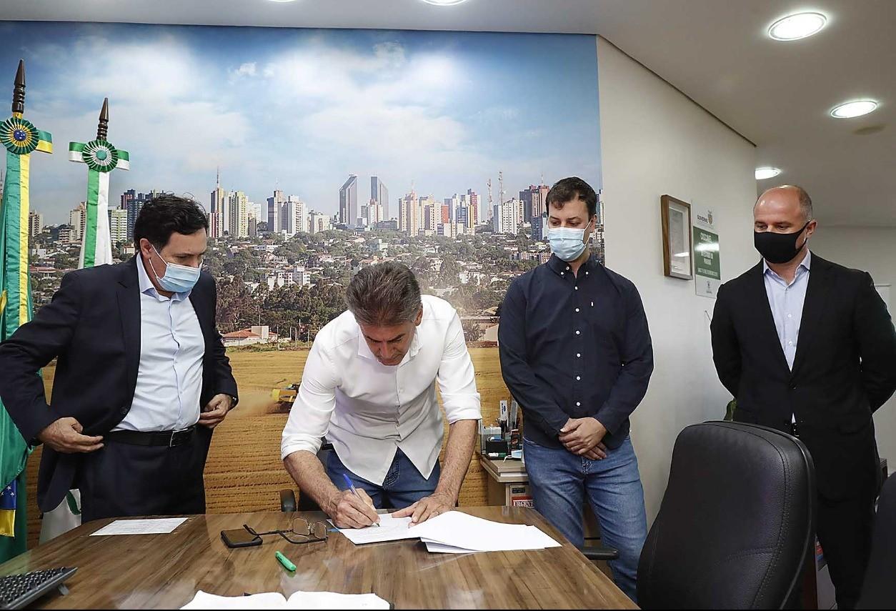 Paranhos sanciona lei que prevê isenção de juros e multas para mutuários inadimplentes