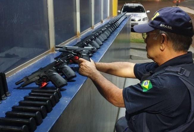 Após 20 km de fuga, PRF apreende no Paraná 29 pistolas que iriam para o RJ