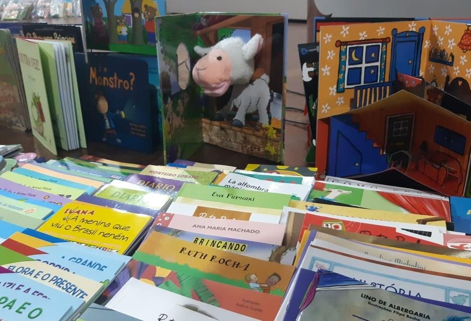 Prefeitura entrega acervo literário para alunos de escolas municipais de Cascavel