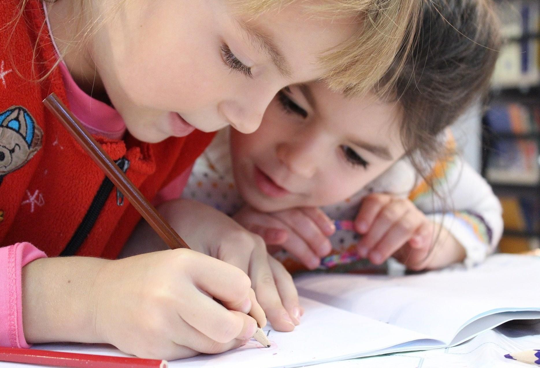 Professora diz que pais devem manter rotina das crianças durante isolamento social