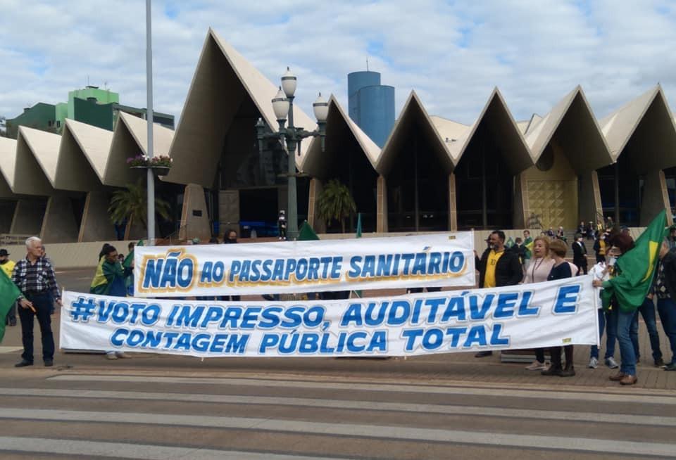 Apoiadores de Bolsonaro realizam ato pedindo voto impresso