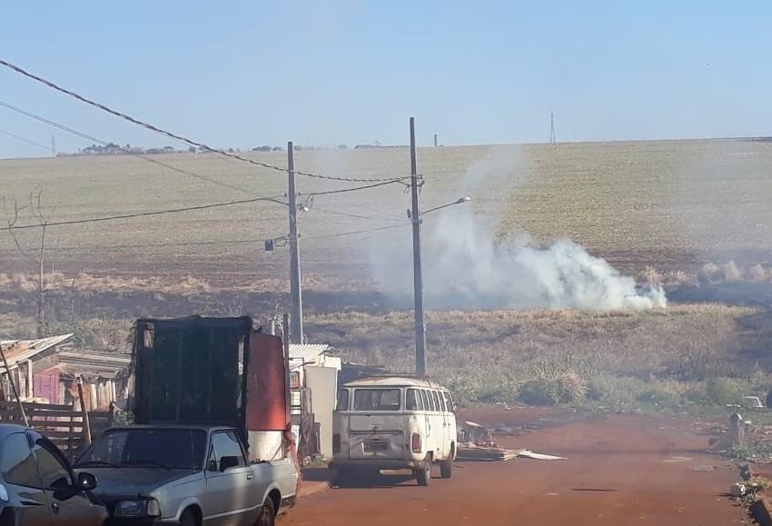 Corpo de Bombeiros combate incêndio no Esmeralda