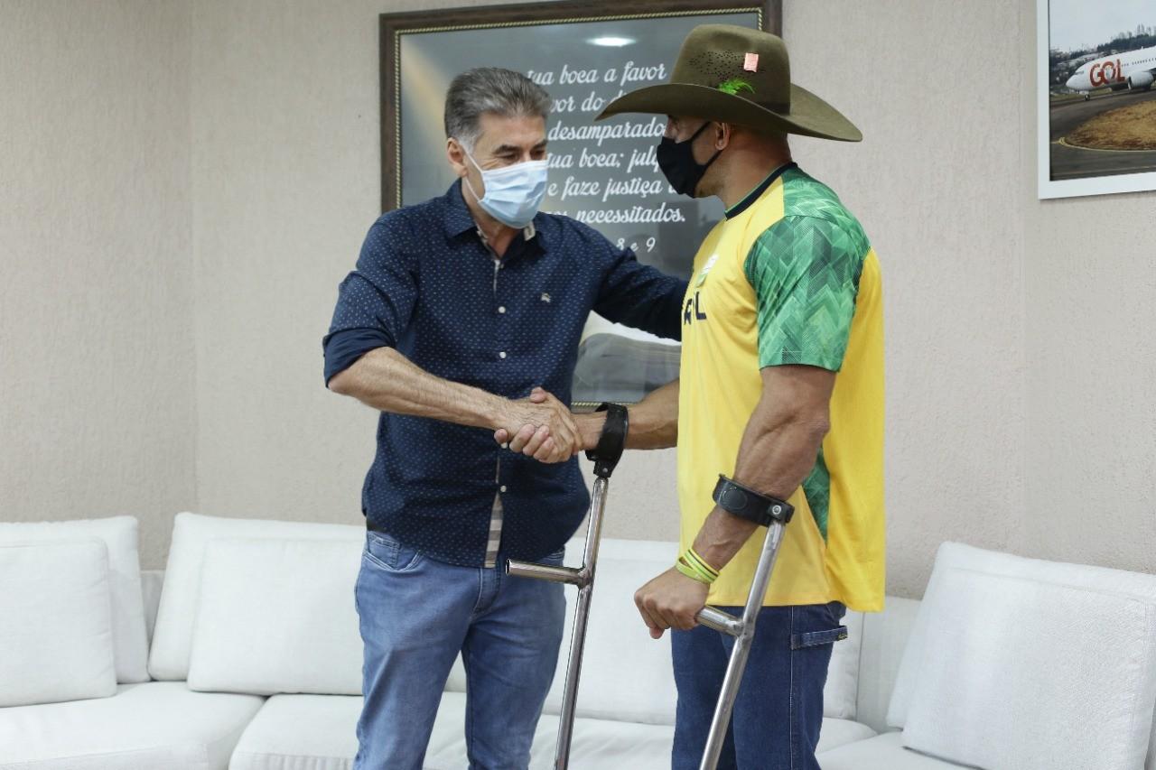 Prefeito Paranhos recebe visita de atleta medalha de ouro nas Paralimpíadas