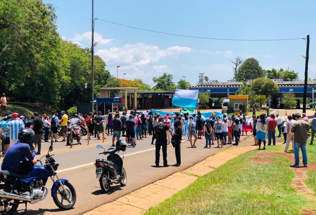 Profissionais do turismo argentino protestam pela reabertura da ponte entre Argentina e Brasil