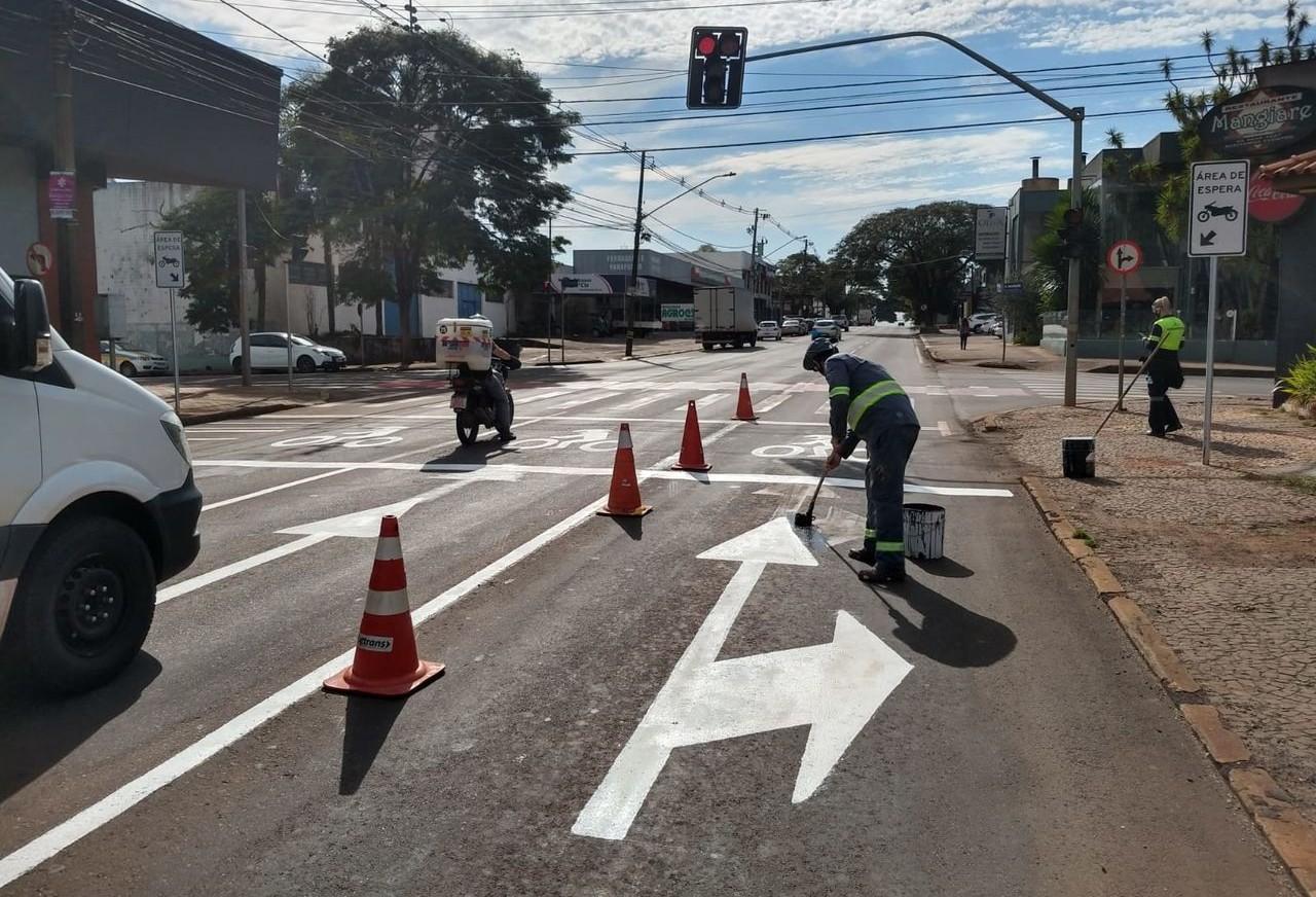 """Ação educativa apresenta projeto-piloto de nova sinalização com """"área de espera"""" para motos em semáforos"""