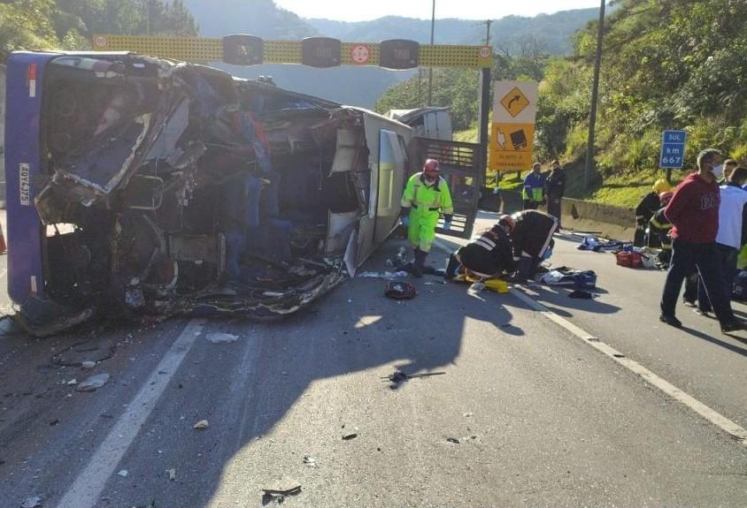 Ônibus que tombou na BR-376 levava equipe de futsal de Umuarama; duas pessoas morreram